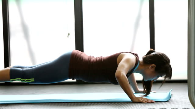nette frau im fitnessstudio push-up push-up-training übung - zeitmessinstrument stock-videos und b-roll-filmmaterial