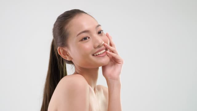 白い背景の上の幸福とかわいい女性の遊び心との摩擦皮膚。 - フェイスパック点の映像素材/bロール