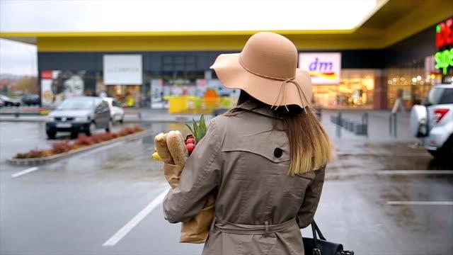 Fofinho mulher com um saco de compras na loja