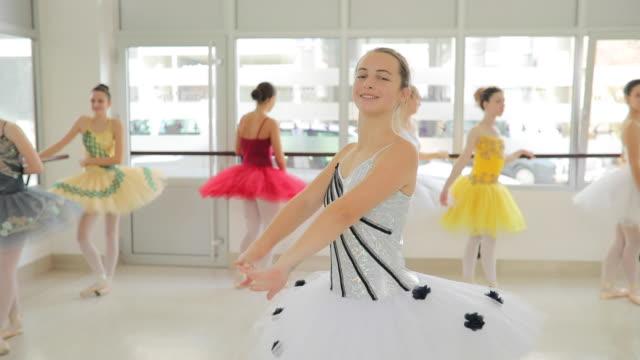 süße junge balletttänzerin - ballettschuh stock-videos und b-roll-filmmaterial