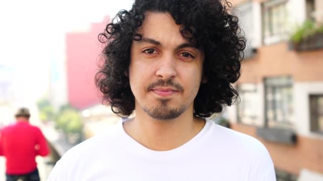 vídeos de stock, filmes e b-roll de homens jovens bonitos com cabelo encaracolado retrato - individualidade