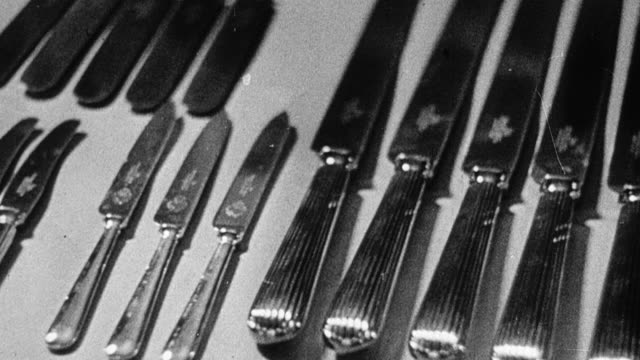 vídeos de stock, filmes e b-roll de 1948 montage cutlery and workers making and finishing cutlery within a factory / sheffield, england, united kingdom - faca faqueiro