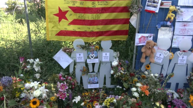 cutouts representing the four victims stand among flowers and candles left by mourners at the site of a september 6 traffic accident that killed four... - sports utility vehicle stock-videos und b-roll-filmmaterial