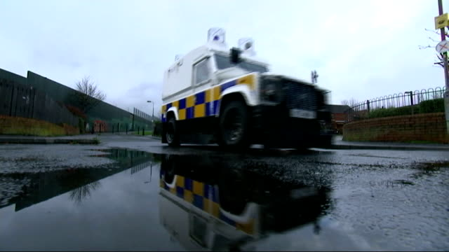 vidéos et rushes de cuts to police service in northern ireland come under fire; row of police landrovers on street anonymous shot of armed police on patrol armed police... - neuf