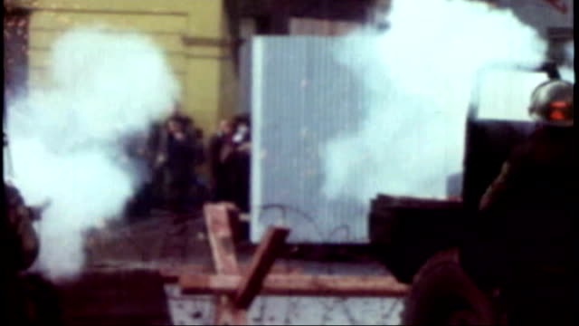 vídeos de stock, filmes e b-roll de cuts to police service in northern ireland come under fire tx 3011972 british army facing demonstration at roadblock as missiles thrown and soldiers... - barricada divisa