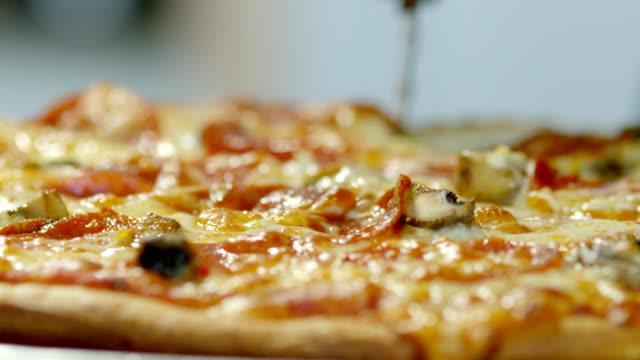 skär en pizza paj - pizza bildbanksvideor och videomaterial från bakom kulisserna