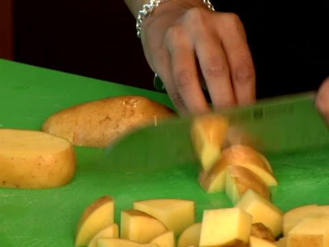 vídeos y material grabado en eventos de stock de cortando y picando potatos - utensilio para cocinar