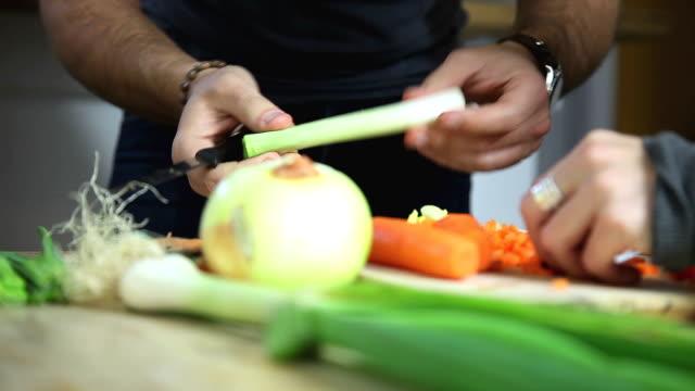 vídeos y material grabado en eventos de stock de corte y preparación de verduras frescas - utensilio para cocinar