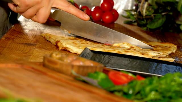 vídeos y material grabado en eventos de stock de cortar y preparar el gozleme turco para servir - de cerca - bandeja para servir