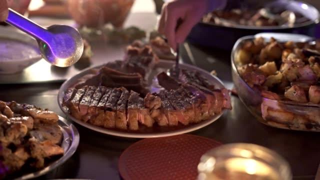 schneiden und servieren köstliches steak - kalbfleisch stock-videos und b-roll-filmmaterial