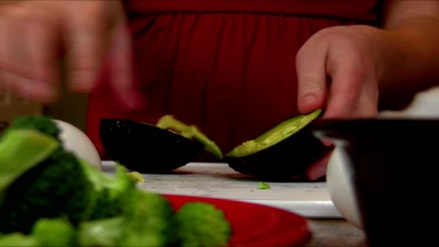 vídeos de stock e filmes b-roll de cortar abacate - amanhar o peixe