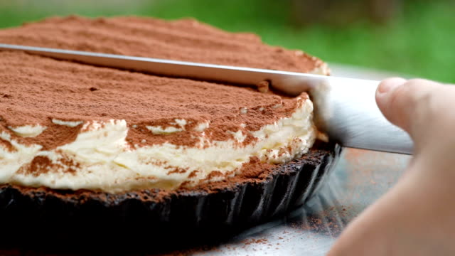 vidéos et rushes de slomo - coupe banoffee cake - aliment en portion