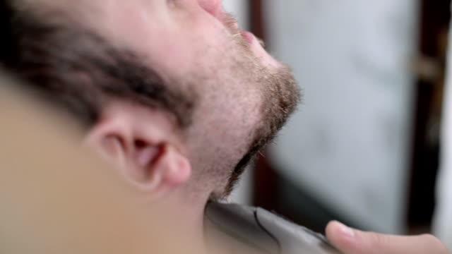 styckning skägg. närbild - människonäsa bildbanksvideor och videomaterial från bakom kulisserna