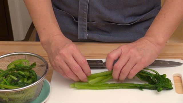 cutting boiled kabu greens - crucifers 個影片檔及 b 捲影像