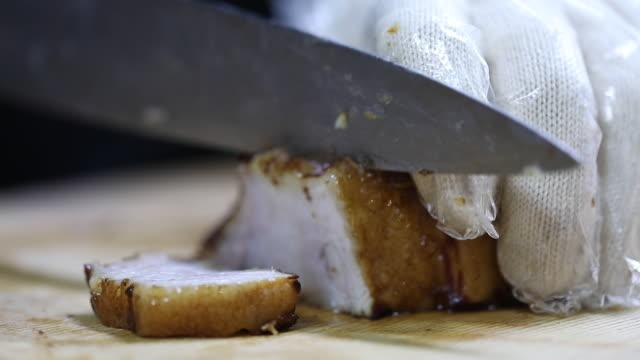 vídeos de stock e filmes b-roll de cutting 'bossam suyuk' with a knife / incheon, south korea - porco