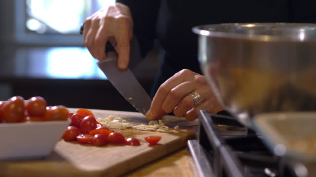 vidéos et rushes de cutting cherry tomatoes and garlic - anorexie nerveuse