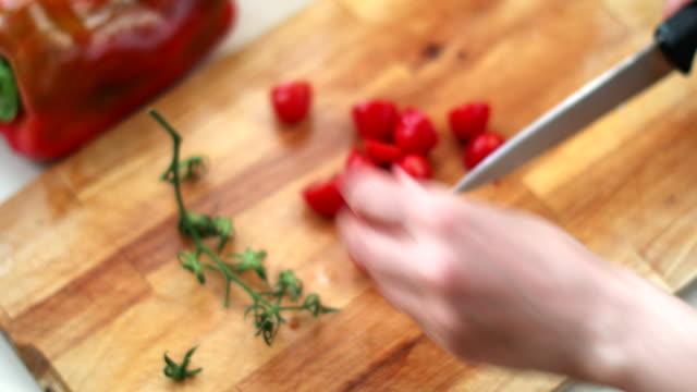 cutting cherry tomatoes - nur frauen über 40 stock-videos und b-roll-filmmaterial