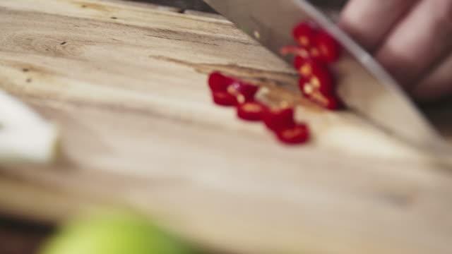 カティングチリ木のカティングボード - ジェンダー・ステレオタイプ点の映像素材/bロール
