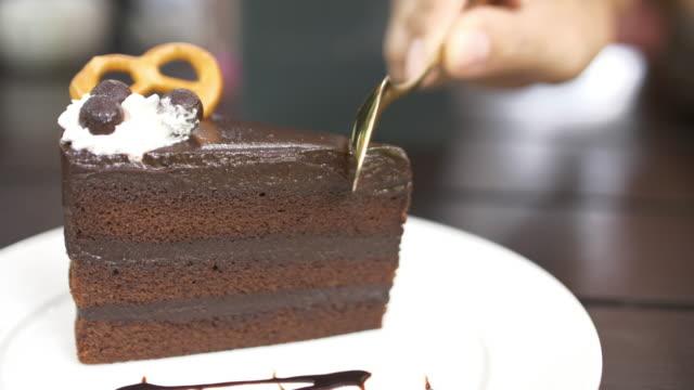 カッティングチョコレートケーキ、4k - 連続するイメージ点の映像素材/bロール