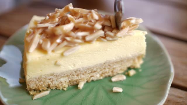 slo mo 切削コーヒー チーズケーキ - ケーキ点の映像素材/bロール