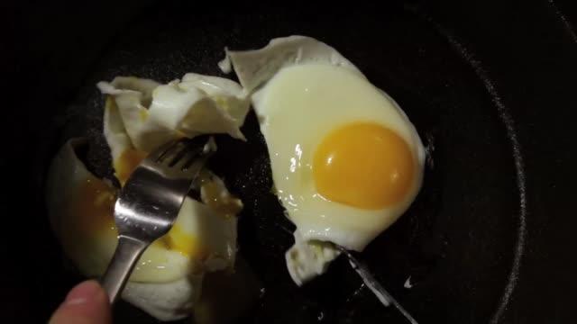 stockvideo's en b-roll-footage met cutting eggs - gebakken ei