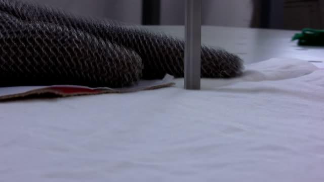 カティングのファブリック - 生地サンプル点の映像素材/bロール
