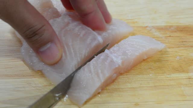 カティング魚 - タラ点の映像素材/bロール