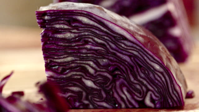 vidéos et rushes de coupe chou rouge frais pour la préparation de salade - salade verte