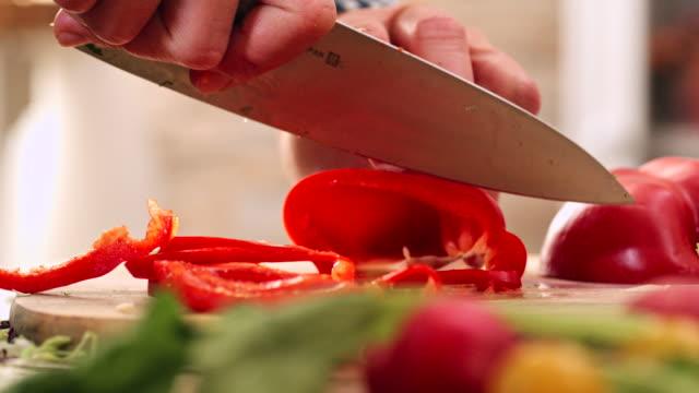 vídeos de stock, filmes e b-roll de corte pimentão vermelho fresco para preparar salada - aipo
