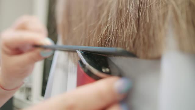 vidéos et rushes de couper les cheveux en slow motion - coiffure