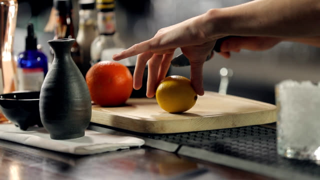 vídeos de stock e filmes b-roll de cutting lemon in half - fatia