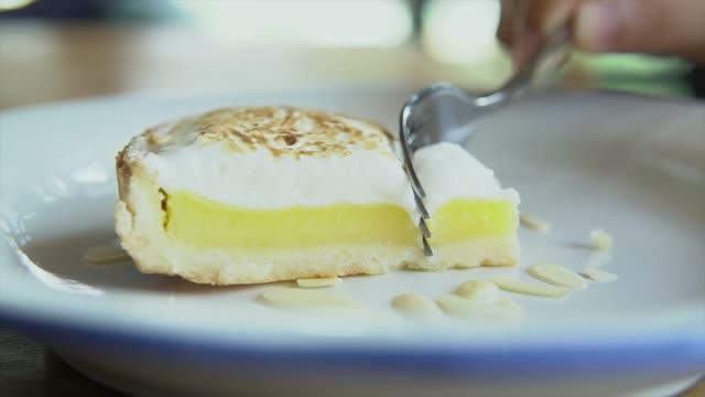 vídeos de stock, filmes e b-roll de corte sobremesa torta de limão no café - lemon