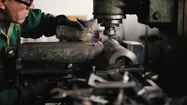 金属の近代的な加工技術を切断 - ステンレス点の映像素材/bロール