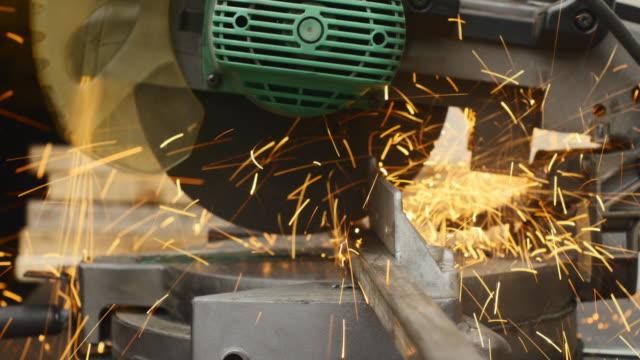 vídeos de stock, filmes e b-roll de cutting metal - serra elétrica