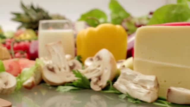 vídeos y material grabado en eventos de stock de cebolla de corte - vegetal con hoja