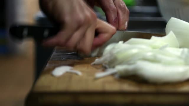 stockvideo's en b-roll-footage met cutting onions very fast - cortando cebollas muy rápido - snijden