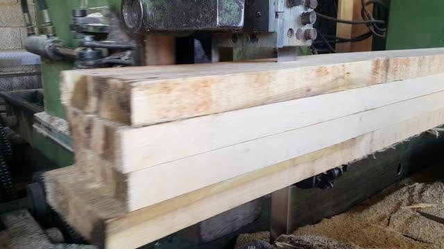 vídeos y material grabado en eventos de stock de proceso de corte en máquinas herramienta de troncos - fábricas tradicionales