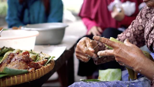 cutting rice cake using thread - indonesien bildbanksvideor och videomaterial från bakom kulisserna