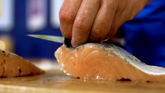 vídeos de stock e filmes b-roll de cutting salmon, slo mo - marina
