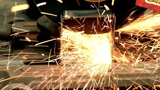 schneiden von stahl. - schweißen stock-videos und b-roll-filmmaterial