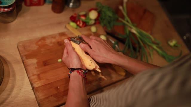 キッチンでサツマイモを切る - サツマイモ点の映像素材/bロール