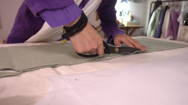 stockvideo's en b-roll-footage met cutting the perfect clothes fit - manchet mouw