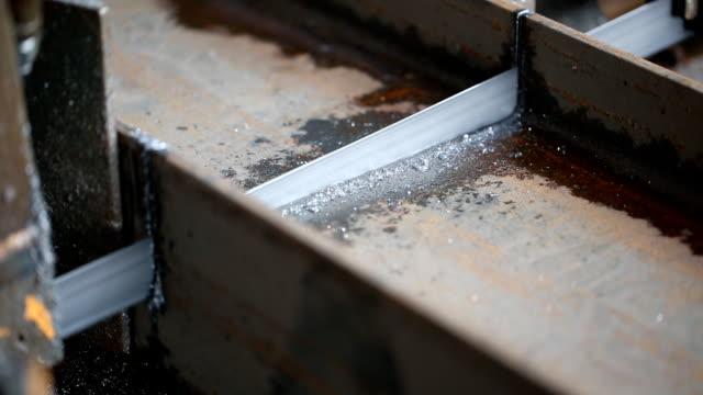 il taglio dell'acciaio, lama di sega - mezzogiorno video stock e b–roll