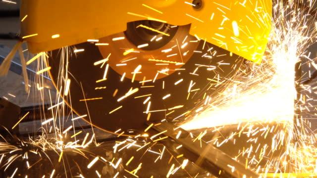 vídeos de stock, filmes e b-roll de 4k: corte através do metal em uma oficina - serra elétrica