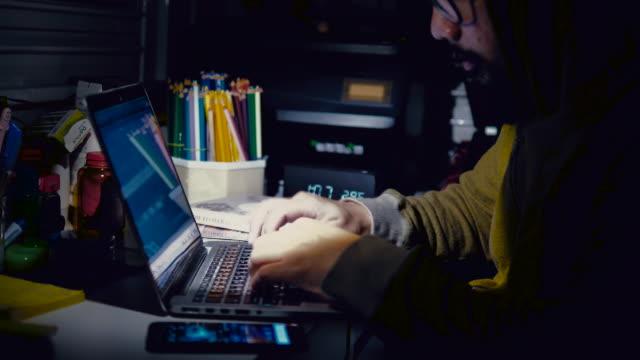 vídeos de stock e filmes b-roll de cyber attacks - programador