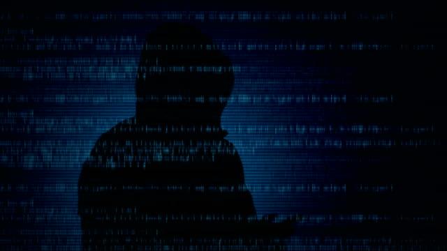 vídeos de stock, filmes e b-roll de cyber criminosos. hacker com telefone inteligente. - deep web