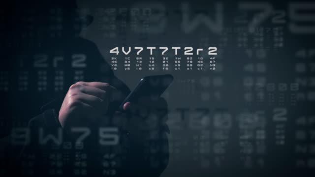 vidéos et rushes de cybercriminel. hacker avec téléphone intelligent. - casser les codes