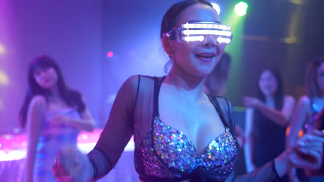 cyborg flicka dansar i nattklubb - människoarm bildbanksvideor och videomaterial från bakom kulisserna