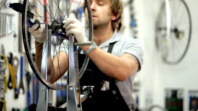 stockvideo's en b-roll-footage met cycle mechanic - repareren