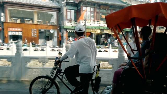 vidéos et rushes de cycle rickshaw drivers taking tourists at houhai lakes area / beijing, china - pousse pousse